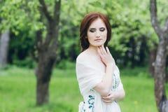 Γυναίκα στο πολύ άσπρο φόρεμα στο θερινό κήπο Στοκ εικόνες με δικαίωμα ελεύθερης χρήσης