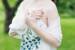 Γυναίκα στο πολύ άσπρο φόρεμα στο θερινό κήπο Στοκ φωτογραφίες με δικαίωμα ελεύθερης χρήσης