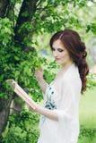 Γυναίκα στο πολύ άσπρο φόρεμα στο θερινό κήπο Στοκ φωτογραφία με δικαίωμα ελεύθερης χρήσης