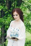 Γυναίκα στο πολύ άσπρο φόρεμα στο θερινό κήπο Στοκ Εικόνες