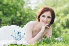 Γυναίκα στο πολύ άσπρο φόρεμα στο θερινό κήπο Στοκ εικόνα με δικαίωμα ελεύθερης χρήσης