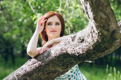 Γυναίκα στο πολύ άσπρο φόρεμα στο θερινό κήπο Στοκ Φωτογραφίες