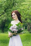 Γυναίκα στο πολύ άσπρο φόρεμα στο θερινό κήπο Στοκ Εικόνα