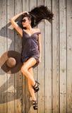 Γυναίκα στο πορφυρό φόρεμα στην ξύλινη γέφυρα στοκ εικόνες