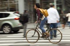 Γυναίκα στο ποδήλατο σε NYC στοκ εικόνα