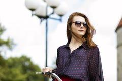 Γυναίκα στο ποδήλατο στα γυαλιά ηλίου Στοκ φωτογραφία με δικαίωμα ελεύθερης χρήσης