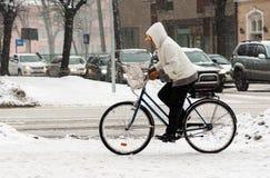 Γυναίκα στο ποδήλατο το χειμώνα Στοκ εικόνες με δικαίωμα ελεύθερης χρήσης
