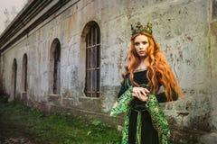 Γυναίκα στο πράσινο μεσαιωνικό φόρεμα Στοκ εικόνα με δικαίωμα ελεύθερης χρήσης