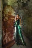 Γυναίκα στο πράσινο μεσαιωνικό φόρεμα Στοκ φωτογραφία με δικαίωμα ελεύθερης χρήσης