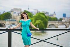 Γυναίκα στο πράσινο φόρεμα Pont des Arts στο Παρίσι, Γαλλία Στοκ Εικόνα