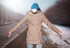 Γυναίκα στο δρόμο που κάνει ωτοστόπ, sheepskin γουνών παλτό, πλάτη Στοκ Φωτογραφίες