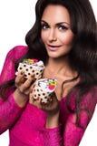 Γυναίκα στο ρόδινο φόρεμα με τα κέικ Στοκ Εικόνες