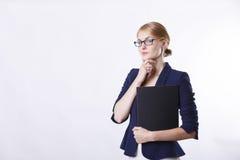 Γυναίκα στο σακάκι με τη σκέψη γυαλιών Στοκ εικόνες με δικαίωμα ελεύθερης χρήσης