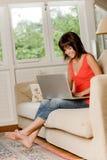Γυναίκα στο σπίτι στοκ φωτογραφίες