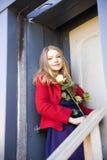 Γυναίκα στο σταθμό δίπλα στην πόρτα λεκέδων Στοκ φωτογραφίες με δικαίωμα ελεύθερης χρήσης