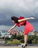 Γυναίκα στο συμπαθητικό φόρεμα που δείχνει στο σπίτι Στοκ εικόνες με δικαίωμα ελεύθερης χρήσης