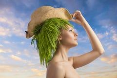 Γυναίκα στο σχεδιάγραμμα με το τρίχα-ύφος και το καπέλο eco Στοκ Εικόνες