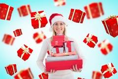 Γυναίκα στο σωρό εκμετάλλευσης καπέλων santa των δώρων ενάντια στα ψηφιακά παραγμένα κιβώτια δώρων που πετούν γύρω από την Στοκ εικόνες με δικαίωμα ελεύθερης χρήσης