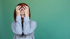 Γυναίκα στο Τζέρσεϋ που φωνάζει και που φωνάζει πέρα από το σαφές πράσινο υπόβαθρο φιλμ μικρού μήκους