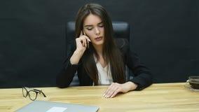 Γυναίκα στο τηλέφωνο στο δημιουργικό γραφείο φιλμ μικρού μήκους