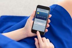 Γυναίκα στο τηλέφωνο εκμετάλλευσης φορεμάτων με app το κινητό πορτοφόλι Στοκ Εικόνες