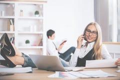 Γυναίκα στο τηλέφωνο που κάνει τη γραφική εργασία Στοκ φωτογραφίες με δικαίωμα ελεύθερης χρήσης