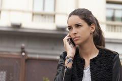 Γυναίκα στο τηλέφωνο στην πόλη στοκ φωτογραφία