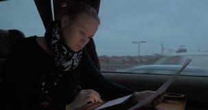 Γυναίκα στο τραίνο που λειτουργεί με τα έγγραφα και το PC ταμπλετών φιλμ μικρού μήκους