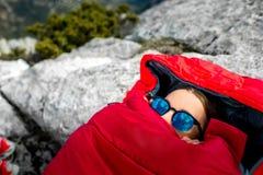 Γυναίκα στο υπνόσακο στο βουνό Στοκ Εικόνες