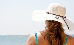 Γυναίκα στο υπόλοιπο διακοπών στην ηλιόλουστη παραλία ημέρας Στοκ Φωτογραφία