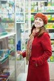 Γυναίκα στο φαρμακείο φαρμακείων στοκ φωτογραφία με δικαίωμα ελεύθερης χρήσης