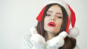 Γυναίκα στο φιλί χτυπημάτων καπέλων Χριστουγέννων φιλμ μικρού μήκους