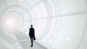 Γυναίκα στο φουτουριστικό εσωτερικό Μικτά μέσα Μικτά μέσα Στοκ Φωτογραφία