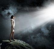 Γυναίκα στο φωτεινό φως στοκ φωτογραφία με δικαίωμα ελεύθερης χρήσης