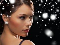 Γυναίκα στο φόρεμα βραδιού που φορά τα σκουλαρίκια διαμαντιών Στοκ Εικόνες