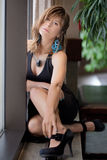 Γυναίκα στο φόρεμα και τα τακούνια Στοκ Φωτογραφίες
