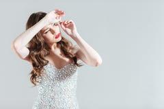 Γυναίκα στο φόρεμα μόδας που κοιτάζει στη φωτεινή λάμψη στοκ φωτογραφία με δικαίωμα ελεύθερης χρήσης