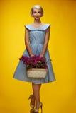 Γυναίκα στο φόρεμα στην κίτρινη ανασκόπηση Στοκ φωτογραφία με δικαίωμα ελεύθερης χρήσης