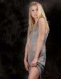 Γυναίκα στο φόρεμα τσεκιών Στοκ εικόνες με δικαίωμα ελεύθερης χρήσης