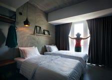 Γυναίκα στο δωμάτιο ξενοδοχείου Στοκ Εικόνες