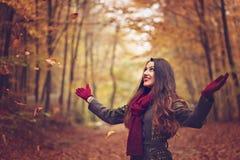 Γυναίκα στο όμορφο πάρκο φθινοπώρου, φθινόπωρο έννοιας Στοκ Εικόνες