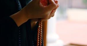 Γυναίκα στο hijab που προσεύχεται 4k φιλμ μικρού μήκους