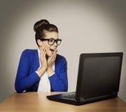 Γυναίκα στο lap-top, ευτυχές κορίτσι στα γυαλιά με το σημειωματάριο στοκ φωτογραφίες