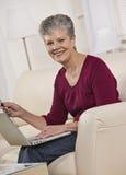 Γυναίκα στο lap-top στοκ εικόνες με δικαίωμα ελεύθερης χρήσης