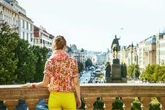 Γυναίκα στο namesti Vaclavske στο κοίταγμα Δημοκρατίας της Τσεχίας της Πράγας Στοκ Φωτογραφίες