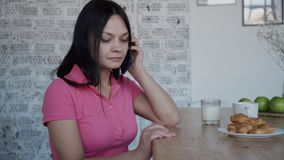 Γυναίκα στο smartphone εκμετάλλευσης αναπηρικών καρεκλών άνεσης στα χέρια και την κλήση φιλμ μικρού μήκους
