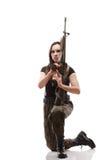 Γυναίκα στρατού με το κορίτσι πυροβόλων όπλων με το πλαστικό τουφεκιών Στοκ εικόνες με δικαίωμα ελεύθερης χρήσης