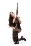 Γυναίκα στρατού με το πυροβόλο όπλο - όμορφη γυναίκα με το πλαστικό τουφεκιών Στοκ Φωτογραφίες