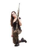 Γυναίκα στρατού με το πυροβόλο όπλο - όμορφη γυναίκα με το πλαστικό τουφεκιών Στοκ φωτογραφία με δικαίωμα ελεύθερης χρήσης