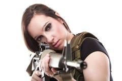 Γυναίκα στρατού με το πυροβόλο όπλο - όμορφη γυναίκα με το πλαστικό τουφεκιών Στοκ εικόνα με δικαίωμα ελεύθερης χρήσης